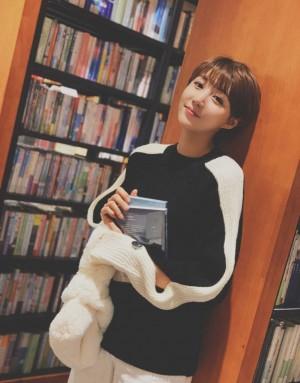 李欣燃图书馆文艺写真图片
