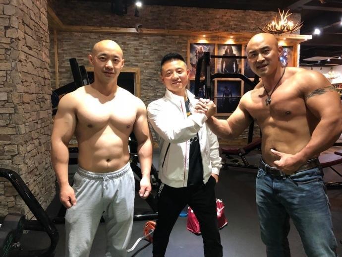 光头帅哥健身房运动运动