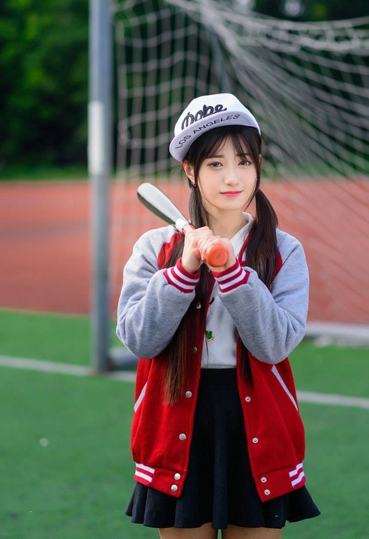 青春阳光校园性感女生操场棒球吸人眼球