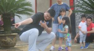 姚明拍摄《爸爸去哪儿》第二季与萌娃比身高