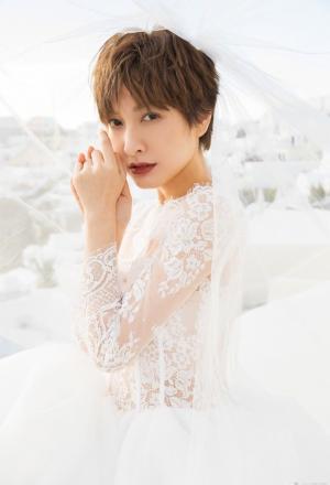 吴昕穿白色婚纱拍写真大片俏皮可爱自信迷人