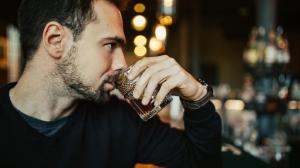 一个人在酒吧孤独喝酒图片