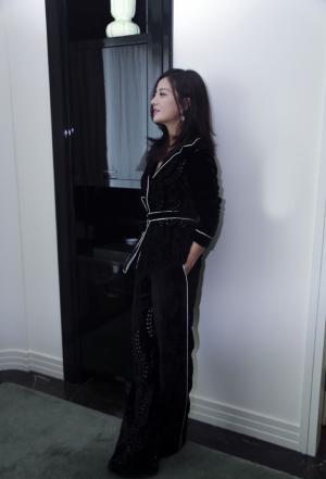 赵薇最新片场跟拍总裁道范十足