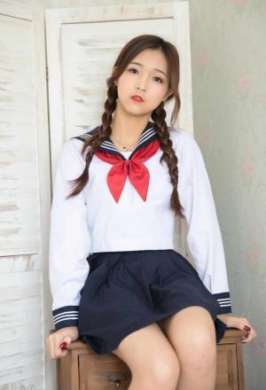 樱桃小嘴美女学生学院风校服可爱麻花辫皮肤光滑时尚写真图片