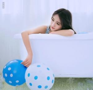 蓝与白清纯美少女浴缸内高清图片