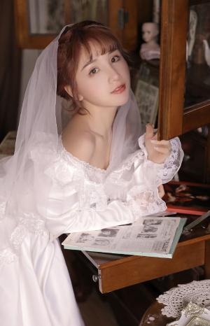 穿婚纱的清纯气质美女私房写真