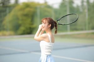 清纯靓丽美少女网球场写真