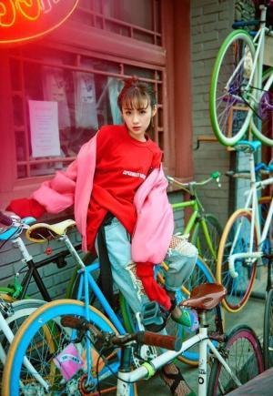 郑合惠子红绿搭配街拍图片春意十足