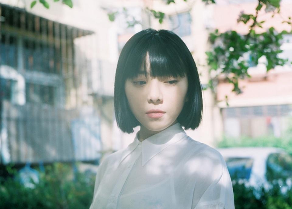 短发女孩周子琰白色衬衫长裙日系风格写真