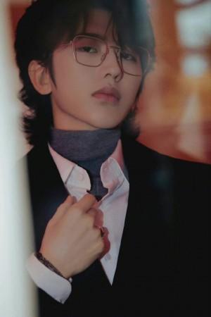 蔡徐坤银丝眼镜绅士时尚写真图片