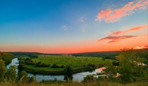 夕阳下的俄罗斯山丘河流4K风景壁纸