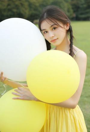 马尾辫黄裙花季年华女生