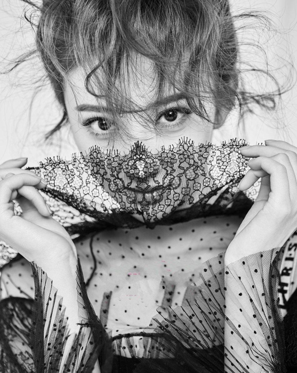 景甜叕解锁杂志封面 清凉演绎黑白双面潮流写真