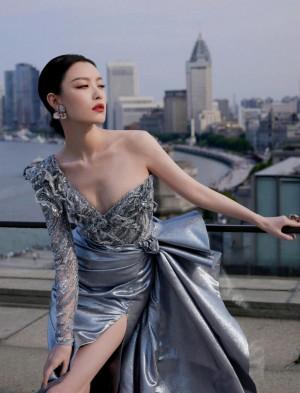 倪妮银色斜肩礼服唯美大气性感活动照图片