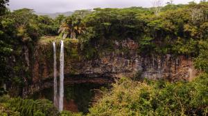 毛里求斯悬崖瀑布风景