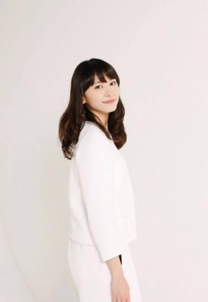 新垣结衣白色套装清纯可爱图片