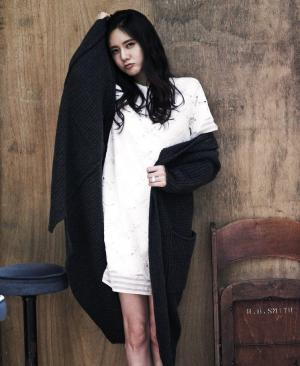 美女秋瓷炫毛衣白裙写真