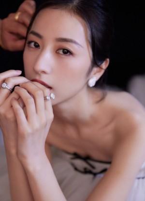 周雨彤蝴蝶结蛋糕裙温柔优雅仙女风活动照图片
