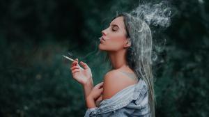 抽烟图片女人唯美侧面夹烟手势好看