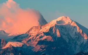 大自然中皚皚的雪山