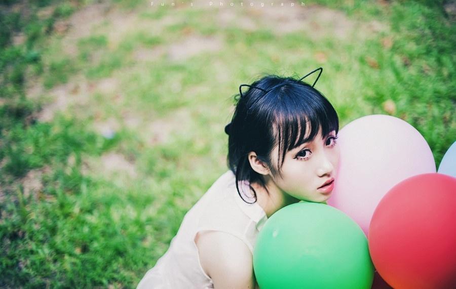 像猫一样的女生温顺可爱写真