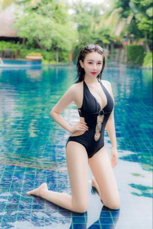 林梓萱曝泳池旁黑色泳衣写真