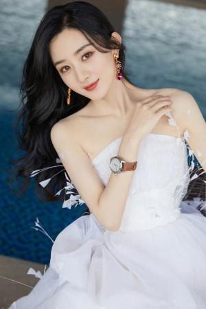 赵丽颖白色羽毛抹胸裙轻盈优雅妩媚风情写真图片
