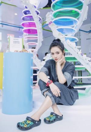 黄柳嫣时尚活泼活动照图片