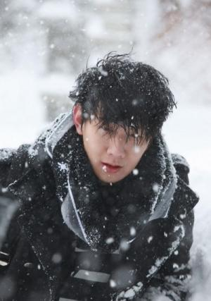 林俊杰欧洲雪山帅气照片