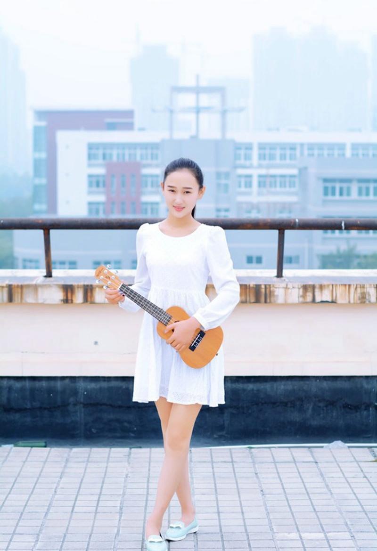 清新时尚文艺马尾少女校园楼顶一个人的音乐