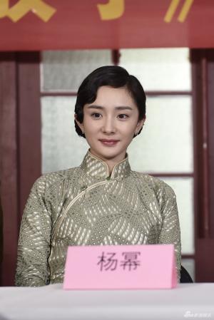 国庆献礼片《解放了》杨幂旗袍照横店探班现场曝光
