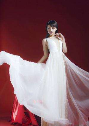 麦迪娜新春大片白裙飞舞图片