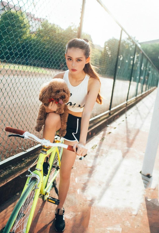 校园操场单车美女休闲装遛狗身材曼妙