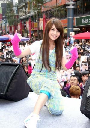 娇媚美女杨丞琳舞台上俏丽可人