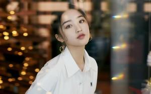 邓恩熙清新白色连衣裙桌面壁纸