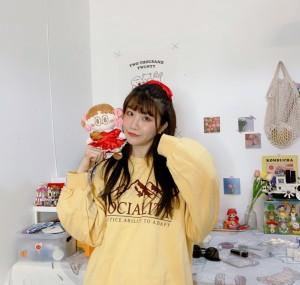 张馨文黄色卫衣慵懒图片
