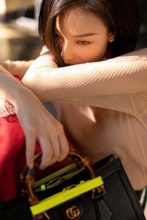 倪妮红色皮裙明艳复古写真图片