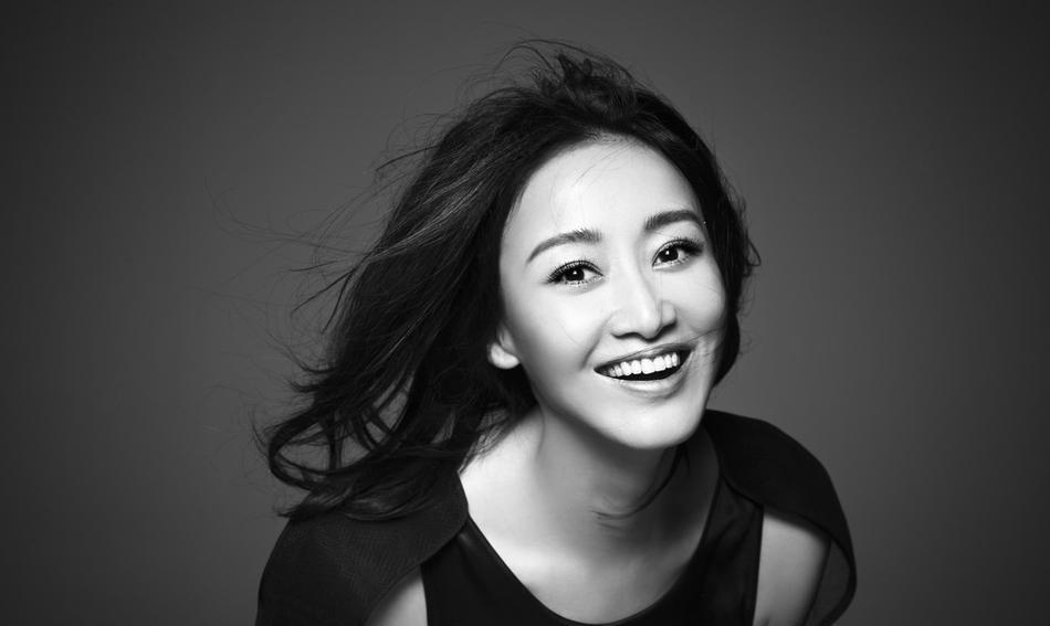 辣妈赵子琪拍黑白写真大片身材凹凸有致笑容明媚