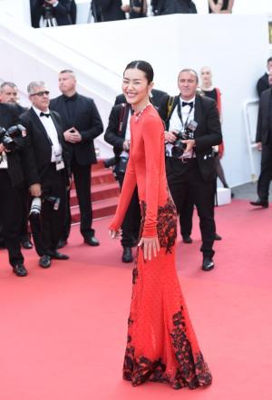 刘雯身着红色旗袍裙显东方韵味优雅不失性感