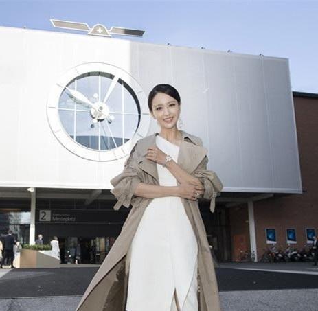 佟丽娅造型优雅干练 纯白长裙小露性感单肩写真