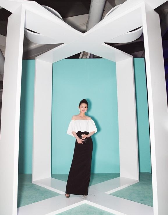 李沁优雅亮相品牌活动 肤白貌美大秀天鹅颈写真