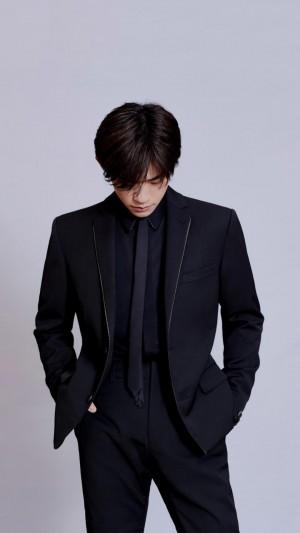 易烊千玺成熟黑西装绅士写真