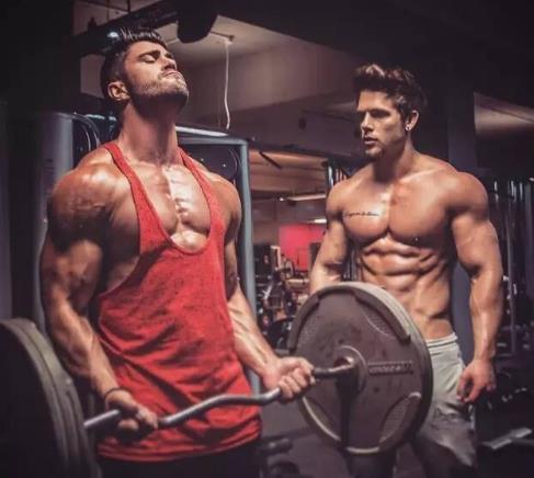 肌肉帅哥就是每天都要坚持训练